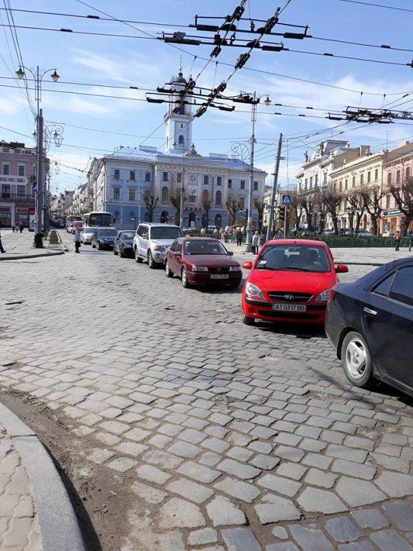 ДТП у центрі Чернівців: на вулиці Головній утворився великий затор, фото-2
