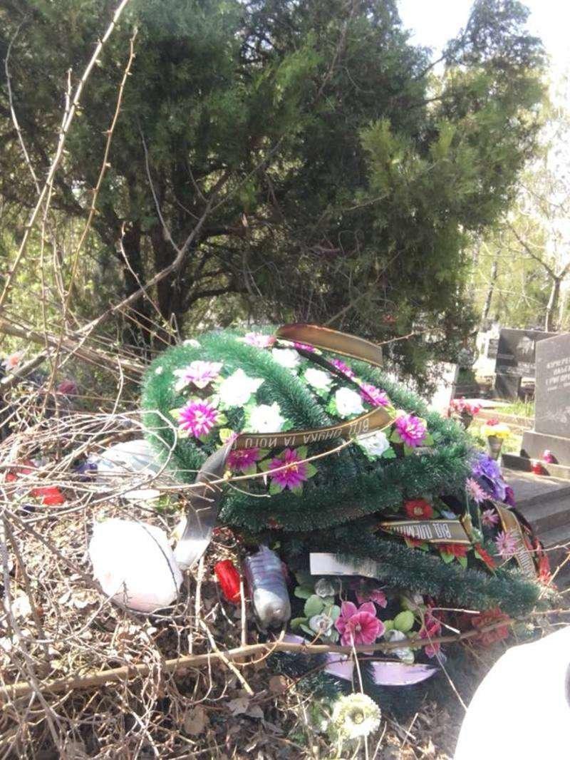 Чернівчани обурюються купам сміття на Центральному кладовищі (фото), фото-2