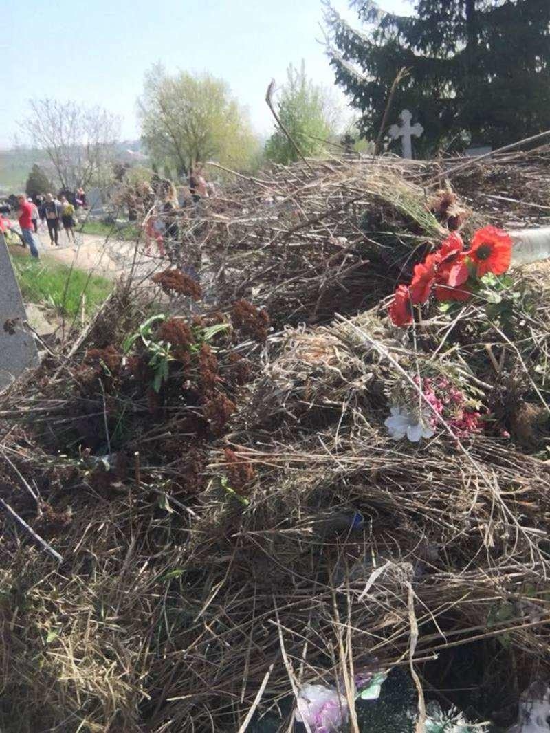 Чернівчани обурюються купам сміття на Центральному кладовищі (фото), фото-3