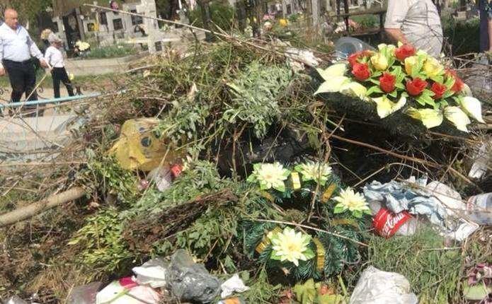 Чернівчани обурюються купам сміття на Центральному кладовищі (фото), фото-1
