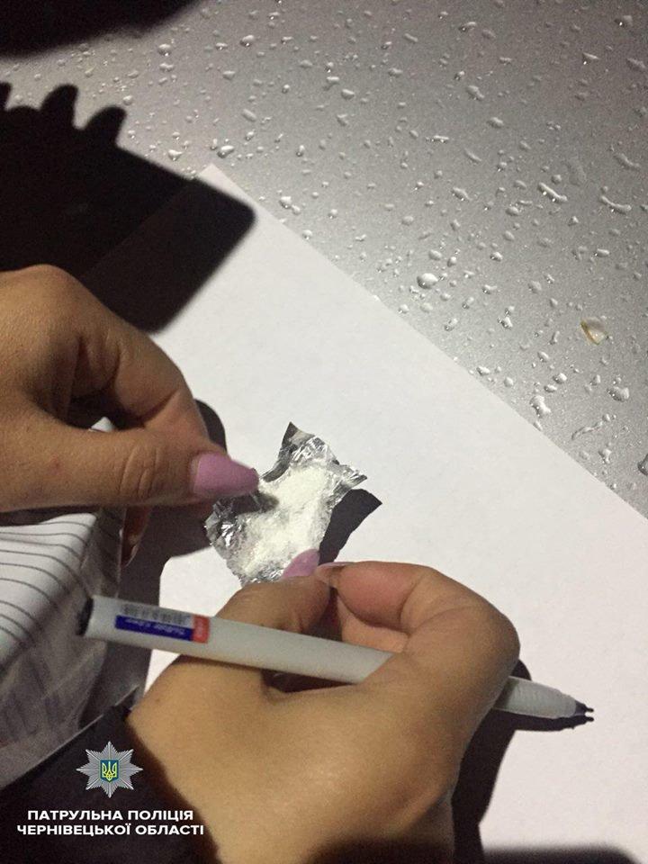 У Чернівцях у водія, який намагався втекти від патрульних, знайшли у салоні авто наркотичні речовини , фото-1