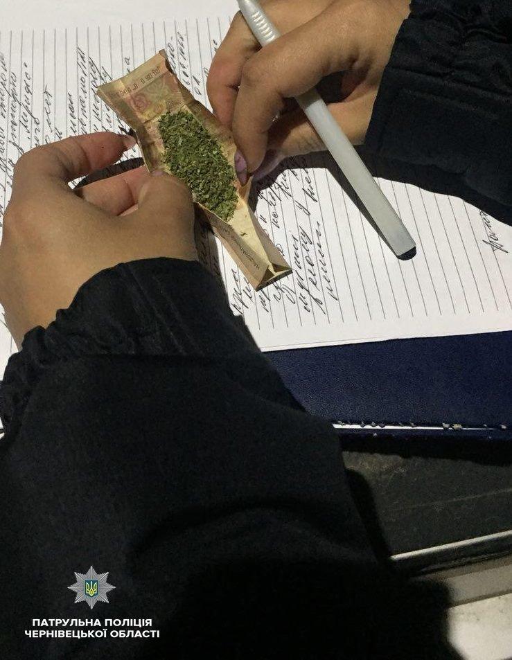 У Чернівцях у водія, який намагався втекти від патрульних, знайшли у салоні авто наркотичні речовини , фото-2