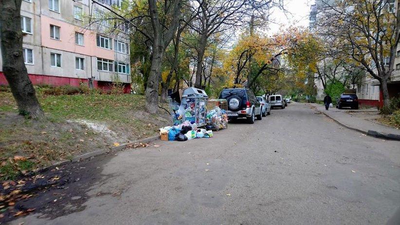 У Чернівцях у одному із спальних районів міста викрали контейнери для сміття, фото-2