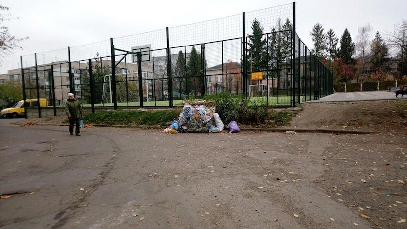 У Чернівцях у одному із спальних районів міста викрали контейнери для сміття, фото-1