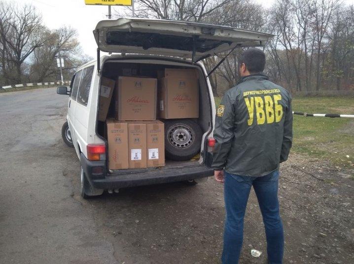 Неподалік кордону затримали буковинця, який перевозив 60 ящиків контрафактних цигарок (фото), фото-1