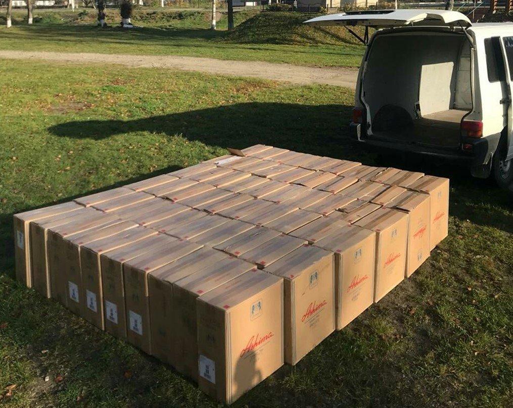 Неподалік кордону затримали буковинця, який перевозив 60 ящиків контрафактних цигарок (фото), фото-2