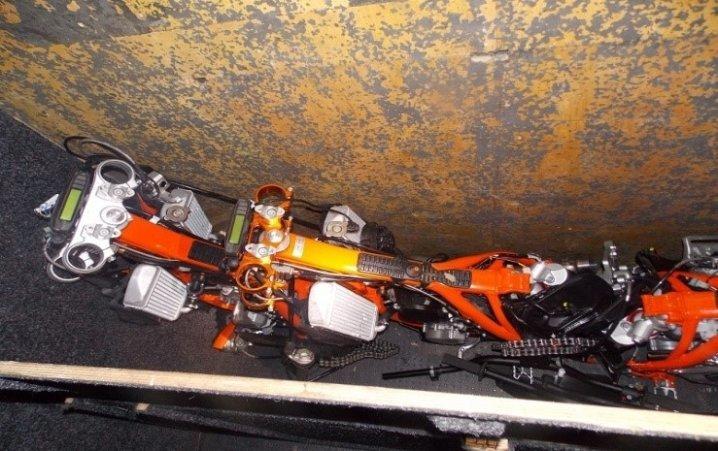 На Буковині виявили мікроавтобус з контрабандними частинами мотоцикла (фото), фото-2