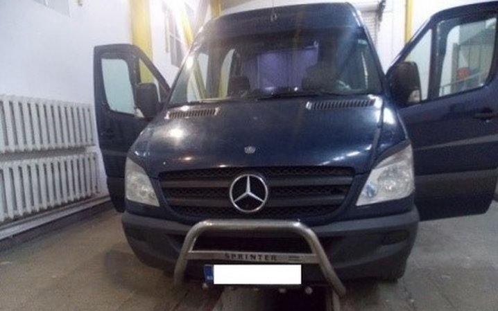 На Буковині виявили мікроавтобус з контрабандними частинами мотоцикла (фото), фото-1