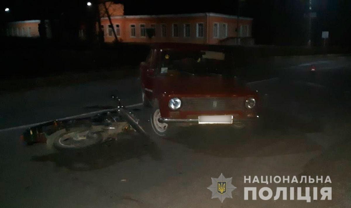 """ДТП на Буковині: """"ВАЗ"""" заднім ходом наїхав на мотоцикл, є травмовані  (фото), фото-1"""