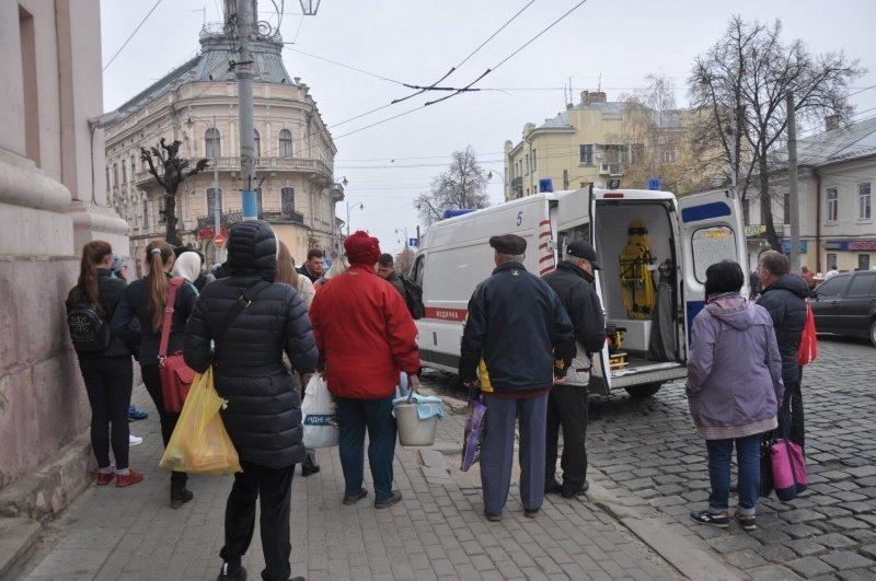 У Чернівцях чоловік раптово знепритомнів просто посеред вулиці (фото), фото-1