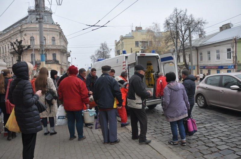 У Чернівцях чоловік раптово знепритомнів просто посеред вулиці (фото), фото-2