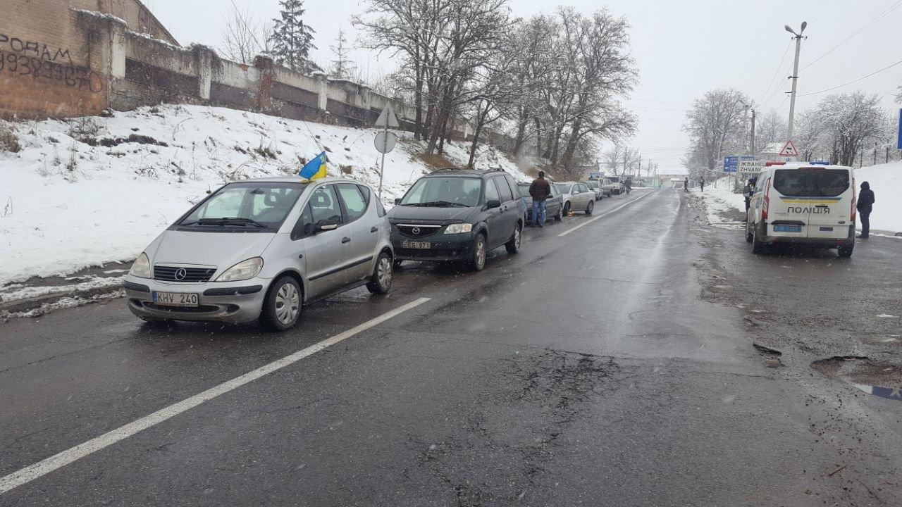"""Мітинг продовжується: власники """"євроблях"""" перекрили міст на виїзді з Чернівецької області (фото), фото-4"""