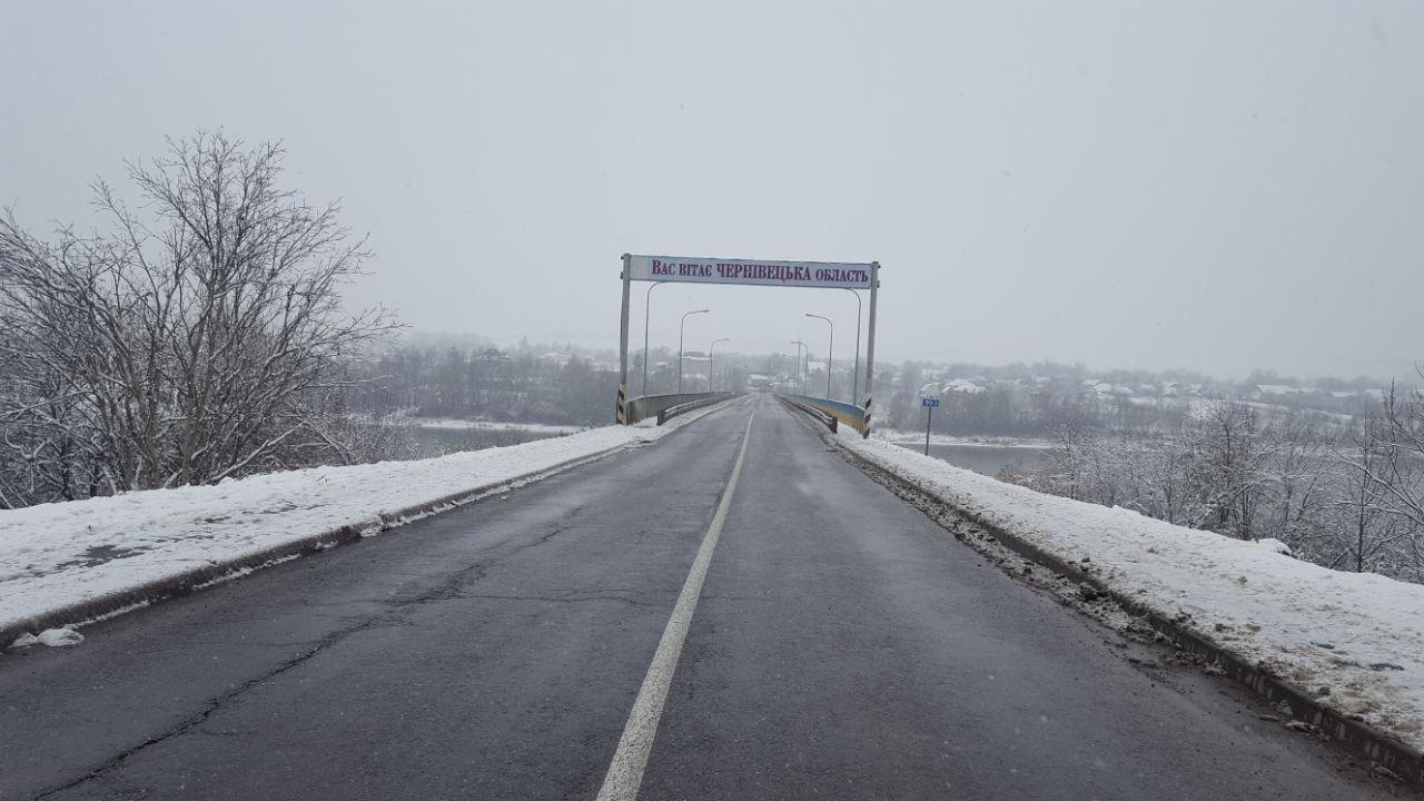 """Мітинг продовжується: власники """"євроблях"""" перекрили міст на виїзді з Чернівецької області (фото), фото-2"""