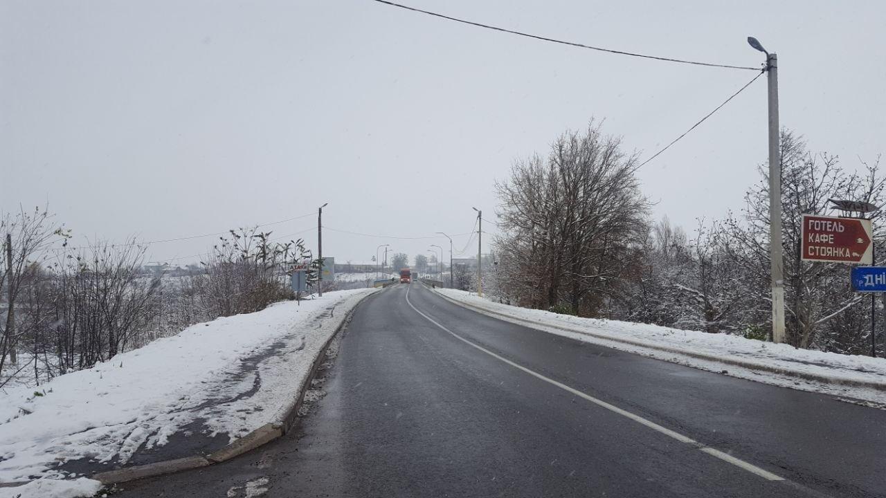 """Мітинг продовжується: власники """"євроблях"""" перекрили міст на виїзді з Чернівецької області (фото), фото-1"""