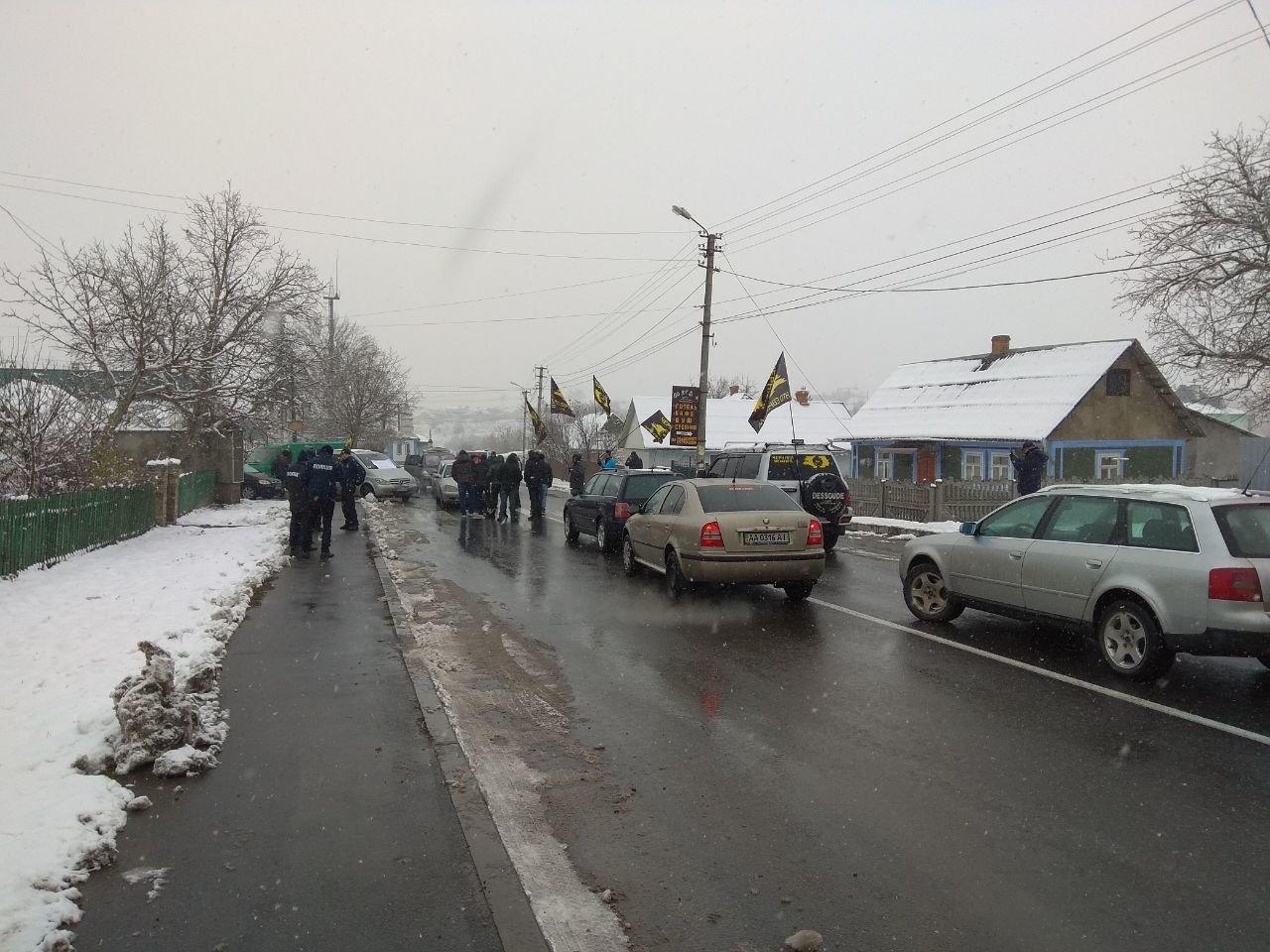 """Мітинг продовжується: власники """"євроблях"""" перекрили міст на виїзді з Чернівецької області (фото), фото-6"""