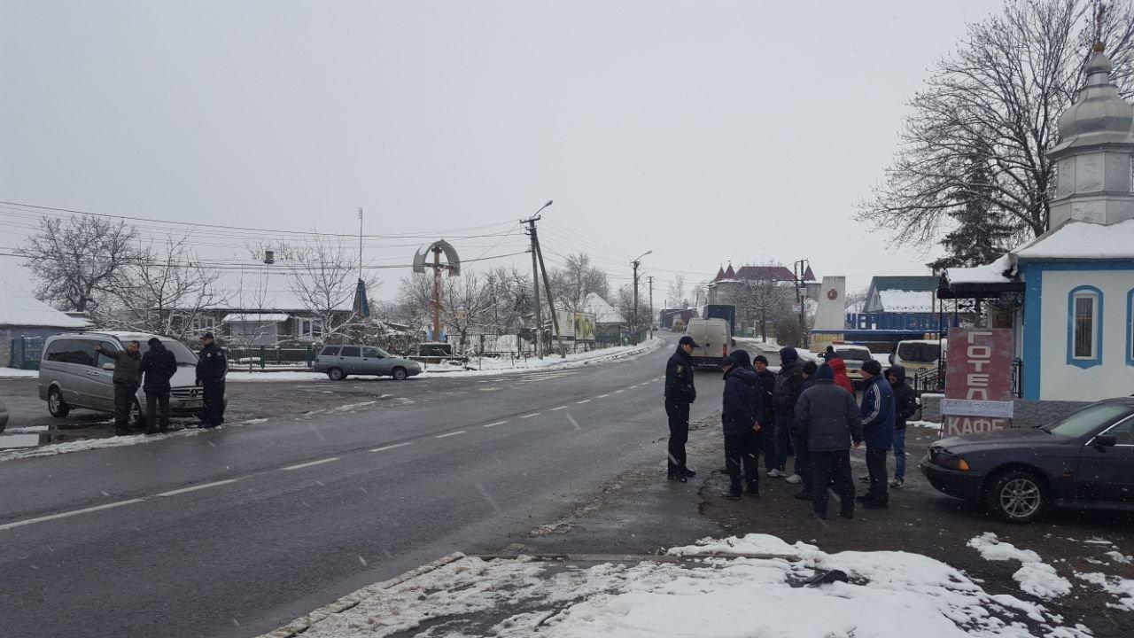 """Мітинг продовжується: власники """"євроблях"""" перекрили міст на виїзді з Чернівецької області (фото), фото-8"""
