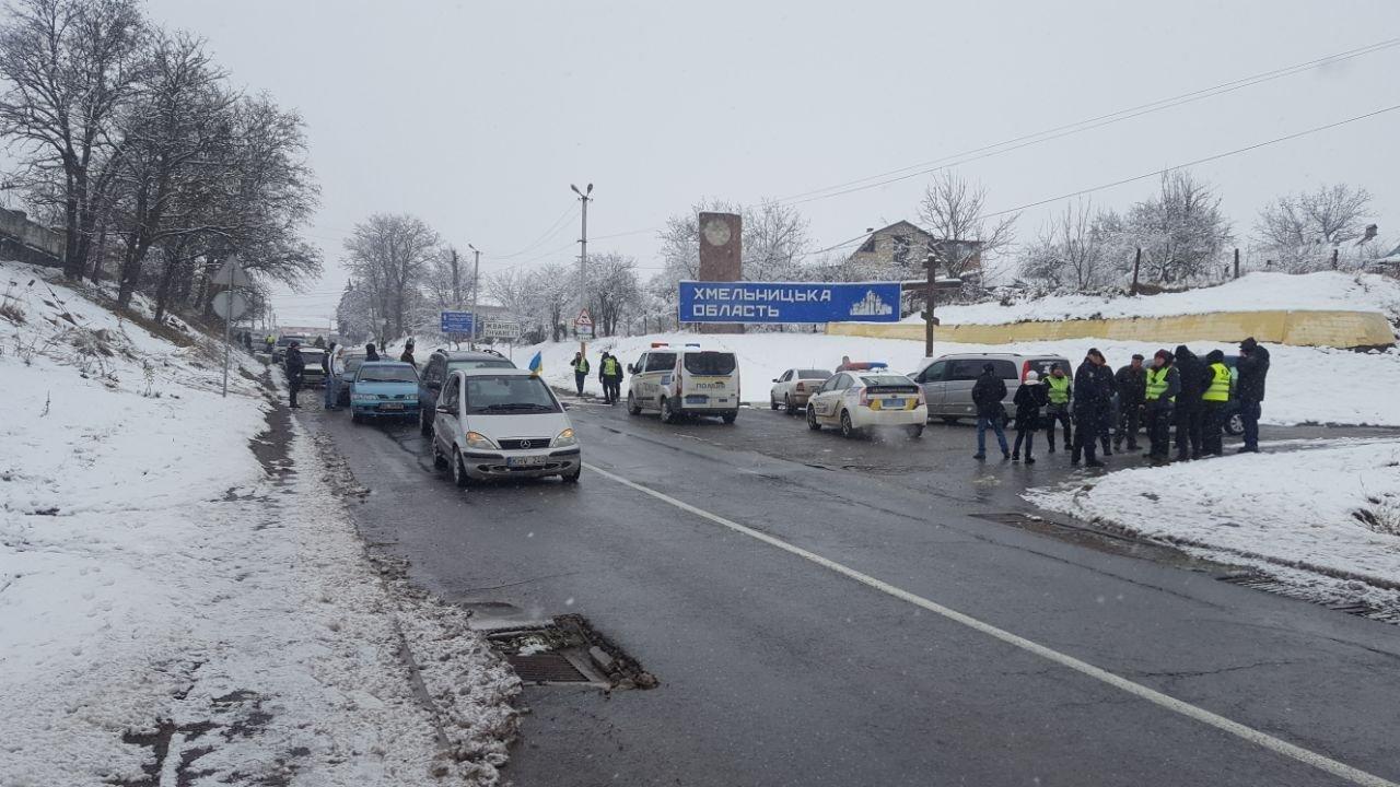 """Мітинг продовжується: власники """"євроблях"""" перекрили міст на виїзді з Чернівецької області (фото), фото-9"""