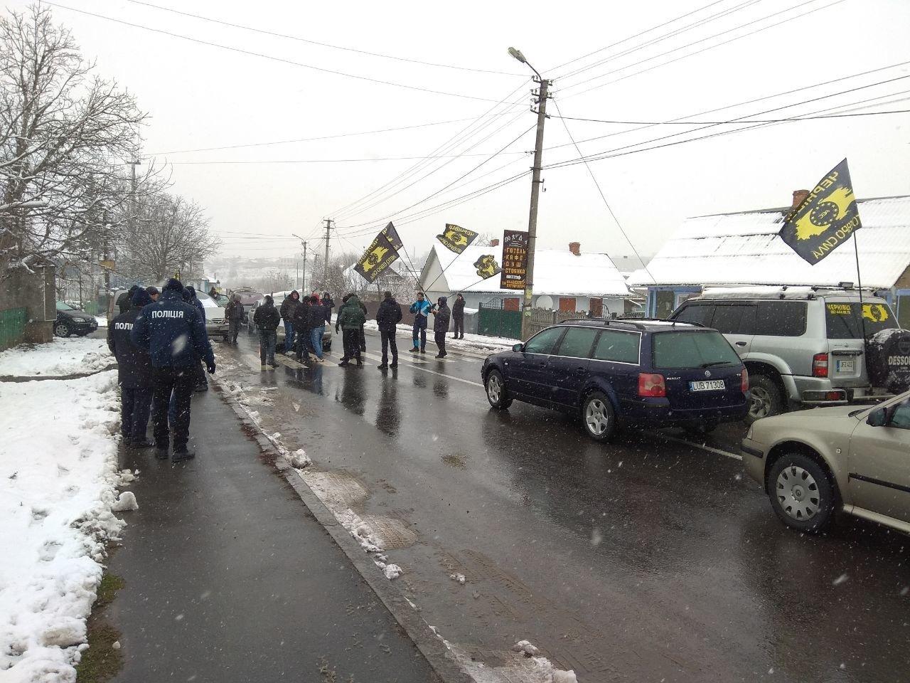 """Мітинг продовжується: власники """"євроблях"""" перекрили міст на виїзді з Чернівецької області (фото), фото-11"""