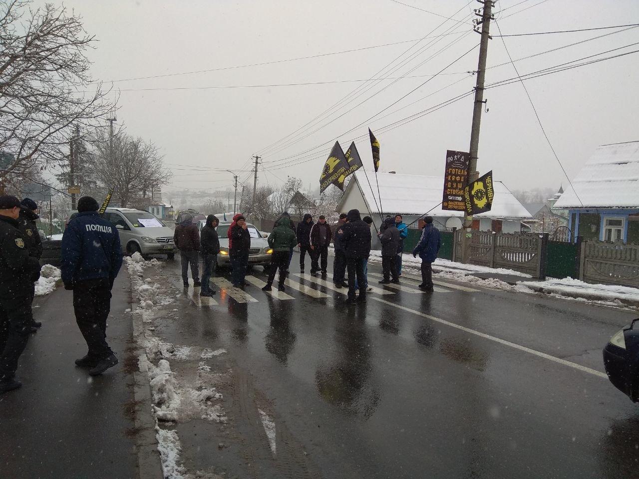"""Мітинг продовжується: власники """"євроблях"""" перекрили міст на виїзді з Чернівецької області (фото), фото-10"""