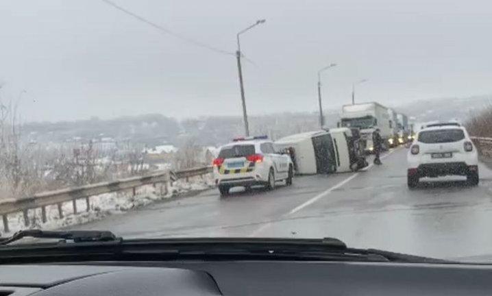 Біля Чернівців перекинувся мікроавтобус (фото), фото-2