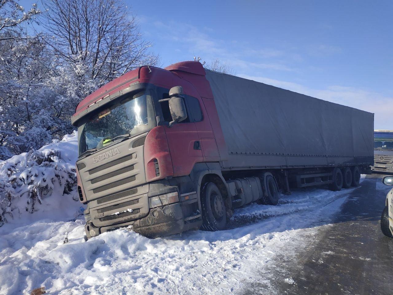 На трасі під Чернівцями вантажівка з'їхала з дороги (фото), фото-3