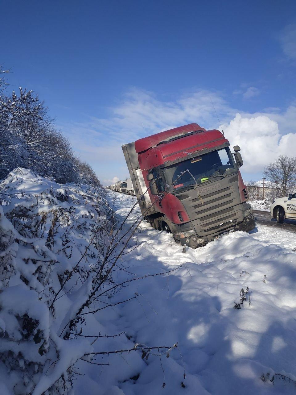 На трасі під Чернівцями вантажівка з'їхала з дороги (фото), фото-2