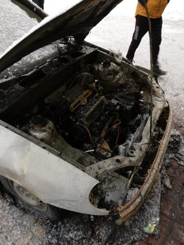 У Чернівцях невідомі спалили автомобіль іноземця (фото), фото-2