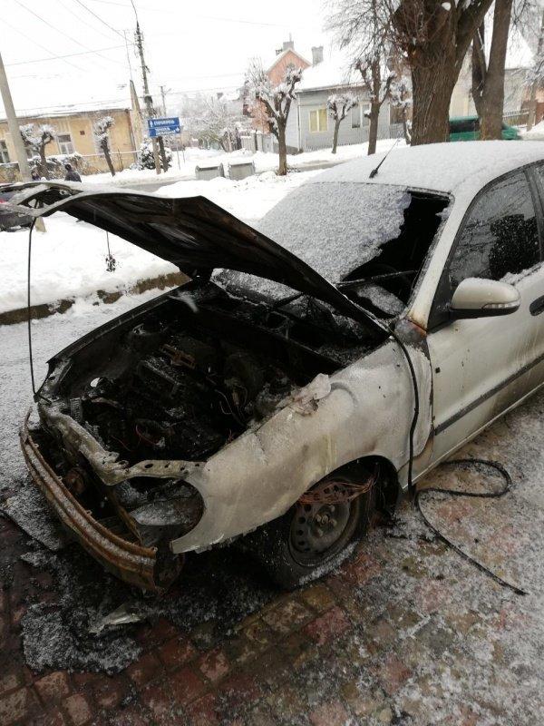 У Чернівцях невідомі спалили автомобіль іноземця (фото), фото-1
