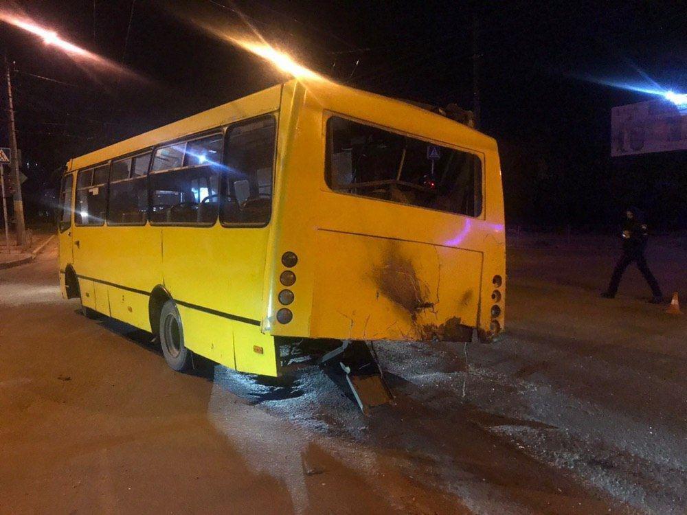ДТП у Чернівцях: п'яний водій на швидкості влетів у маршрутку (фото), фото-4