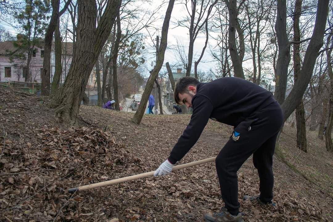 В Чернівцях студенти прибрали парк Шиллера, фото-1
