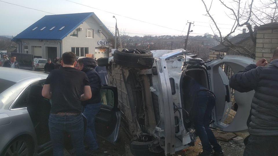 Під Чернівцями зіткнулось одразу 3 автомобілі, фото-2