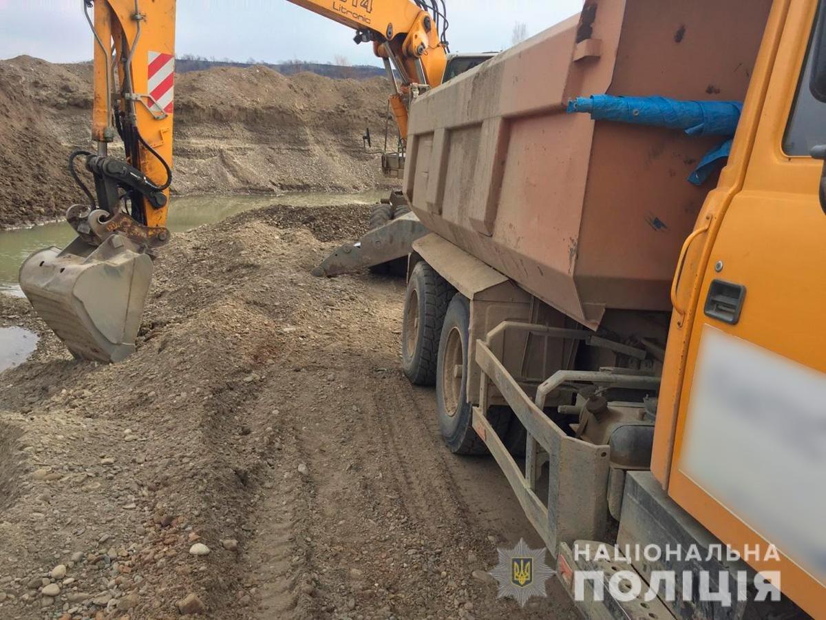 На Буковині під час незаконного видобування вирили котлован 60 на 30 метрів, фото-1