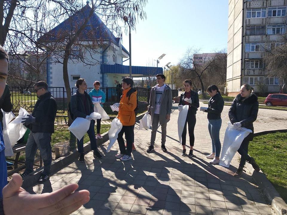 Чернівчани винесли кілька десятків мішків із сміттям зі свого району , фото-1
