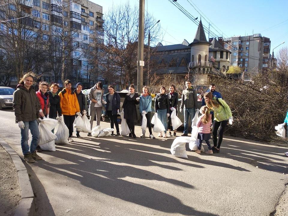Чернівчани винесли кілька десятків мішків із сміттям зі свого району , фото-3