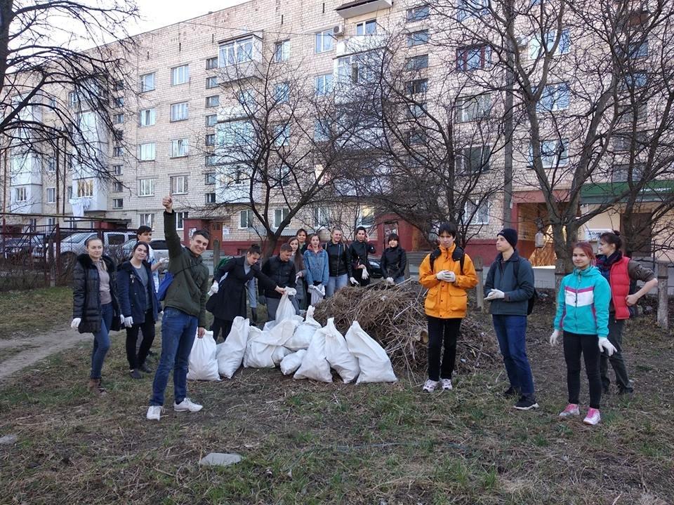 Чернівчани винесли кілька десятків мішків із сміттям зі свого району , фото-4