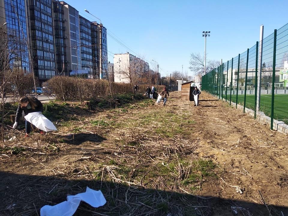 Чернівчани винесли кілька десятків мішків із сміттям зі свого району , фото-6