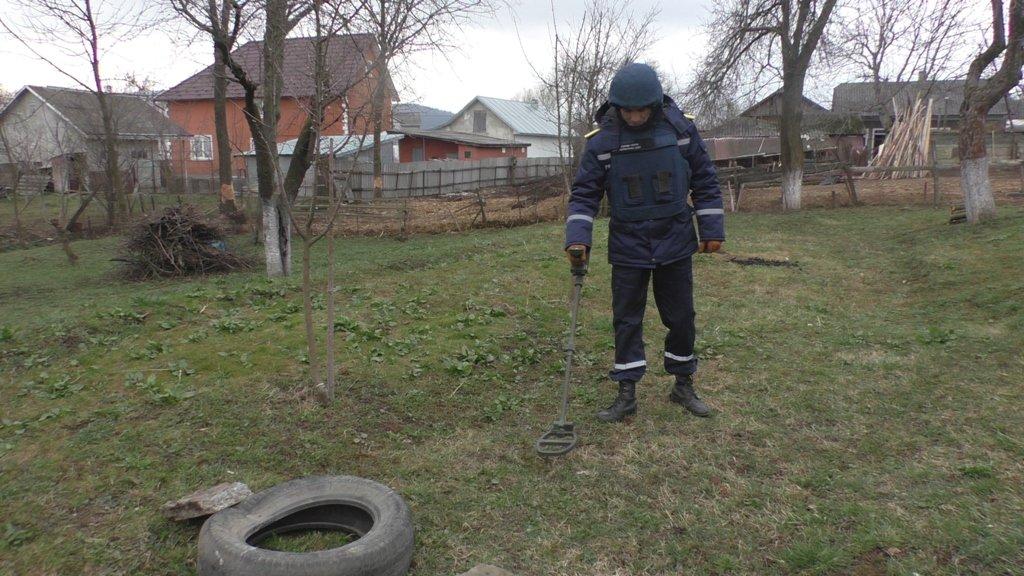 На Буковині чоловік на власному подвір'ї виявив ручну гранату, фото-1