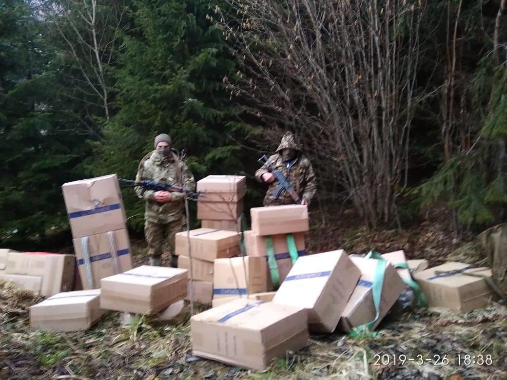 Буковинські прикордонники із пострілами припинили контрабанду, а у відповідь їм прокололи шини, фото-2