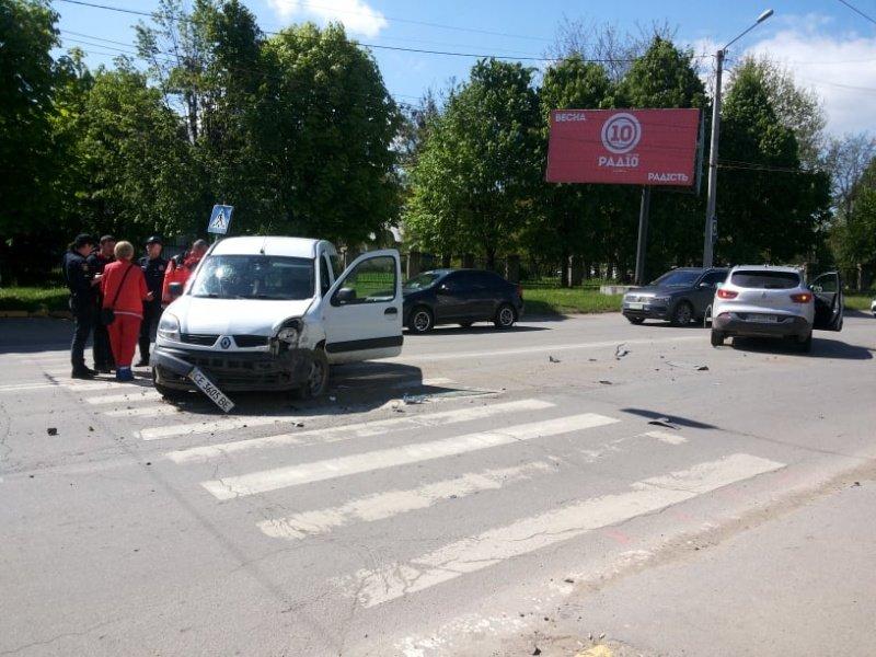 """В Чернівцях лоб у лоб зіткнулись два автомобілі """"Renault"""", фото-1"""
