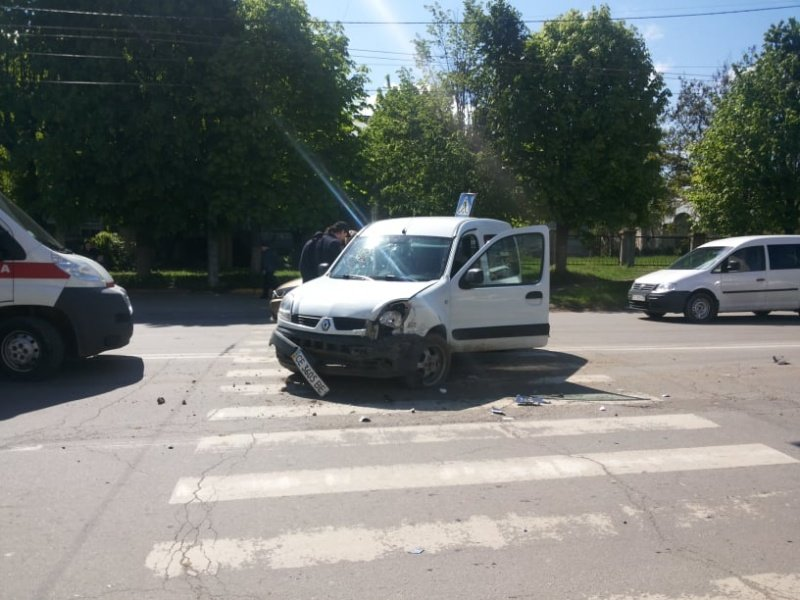 """В Чернівцях лоб у лоб зіткнулись два автомобілі """"Renault"""", фото-2"""