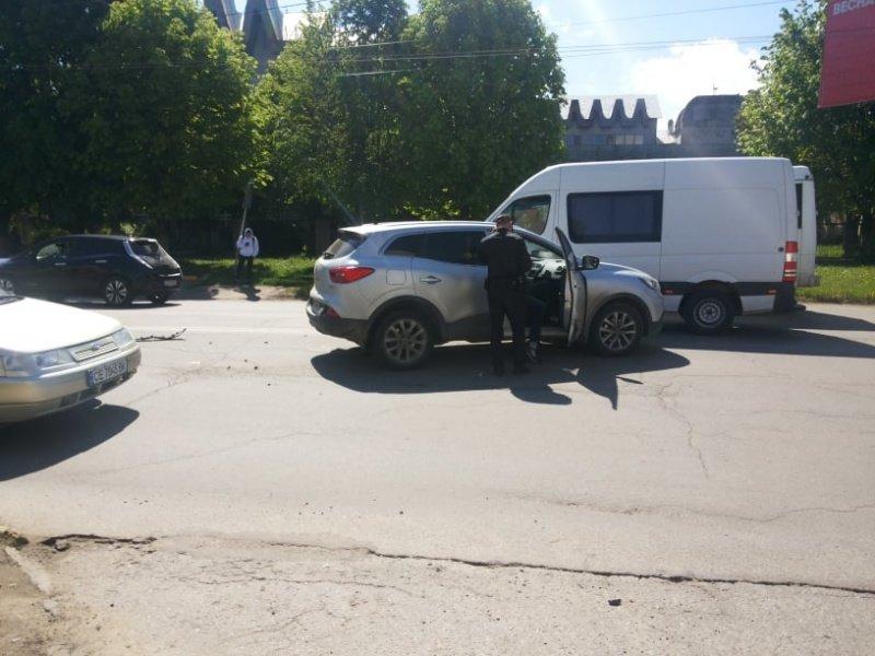 """В Чернівцях лоб у лоб зіткнулись два автомобілі """"Renault"""", фото-3"""