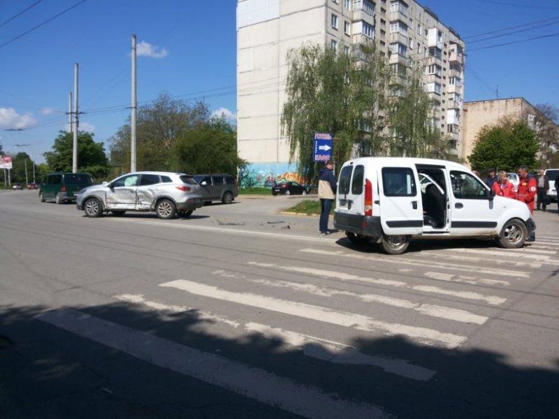 """В Чернівцях лоб у лоб зіткнулись два автомобілі """"Renault"""", фото-4"""