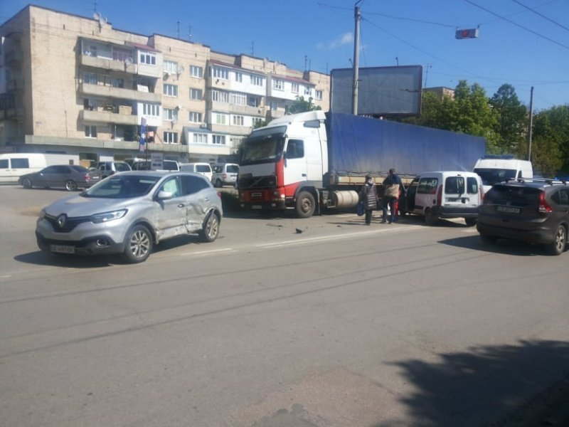 """В Чернівцях лоб у лоб зіткнулись два автомобілі """"Renault"""", фото-5"""