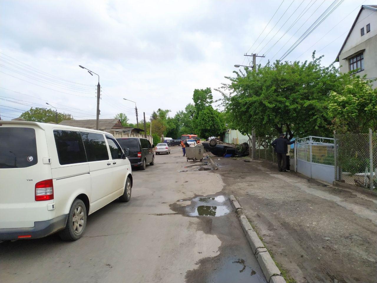 В Чернівцях автівка врізалась та пошкодила газову трубу, фото-2