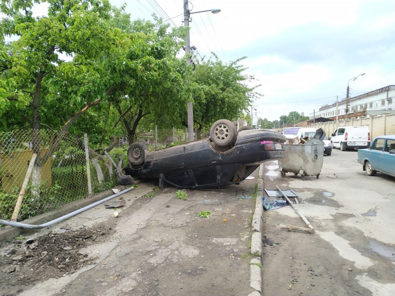 В Чернівцях автівка врізалась та пошкодила газову трубу, фото-3
