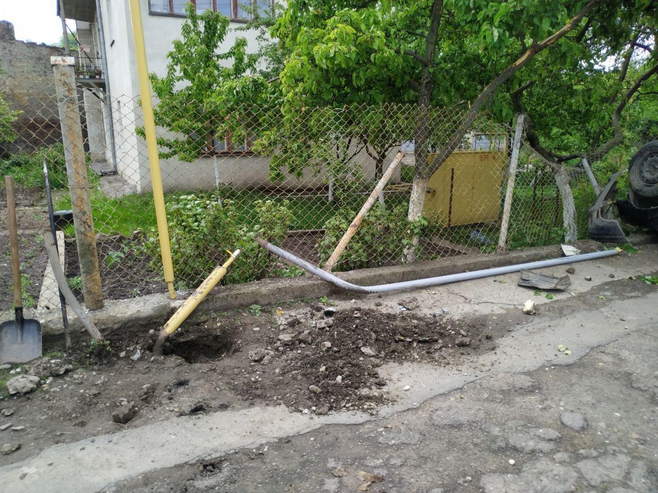 В Чернівцях автівка врізалась та пошкодила газову трубу, фото-4