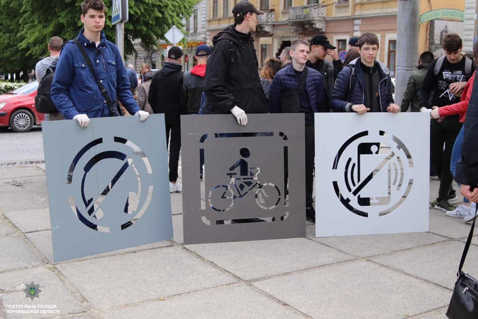 На тротуарах в центрі Чернівців нанесли нагадування для пішоходів, фото-2