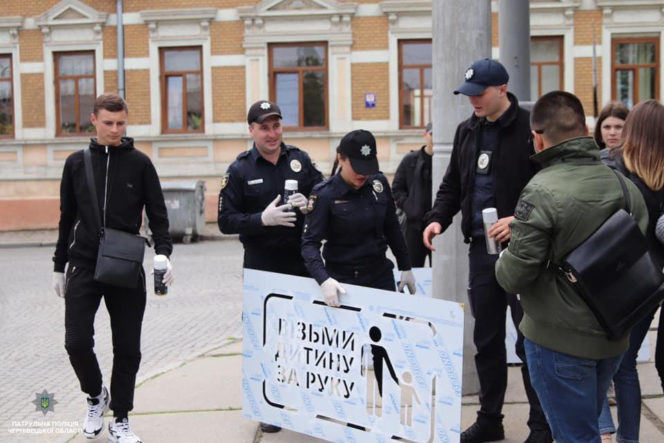 На тротуарах в центрі Чернівців нанесли нагадування для пішоходів, фото-3