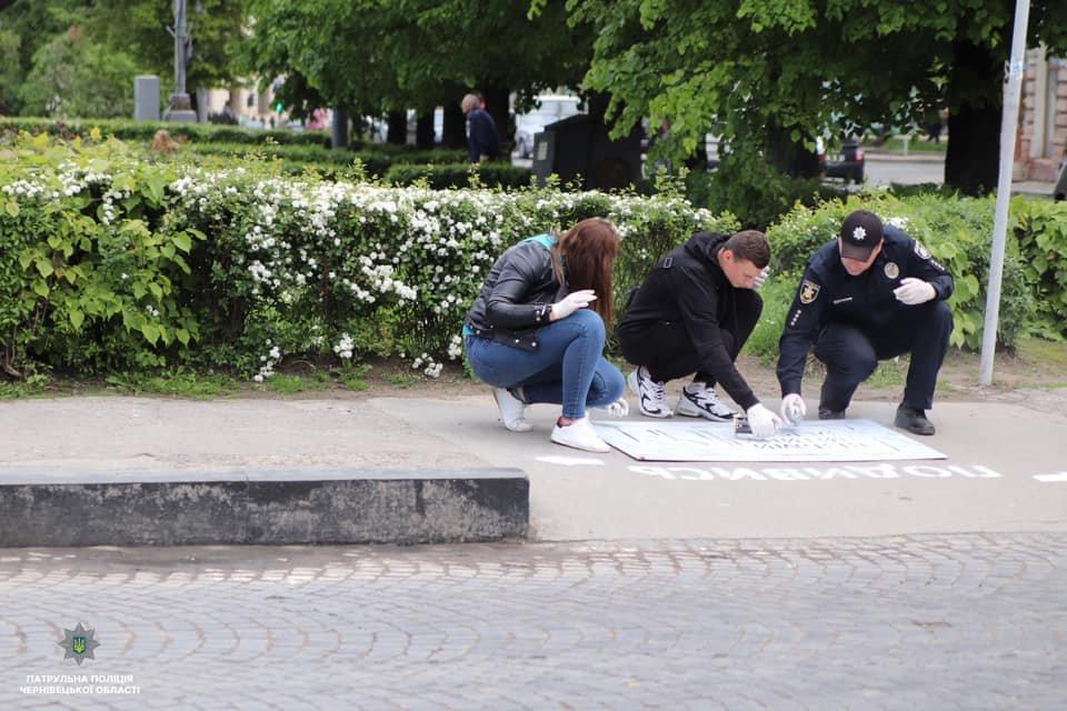 На тротуарах в центрі Чернівців нанесли нагадування для пішоходів, фото-4