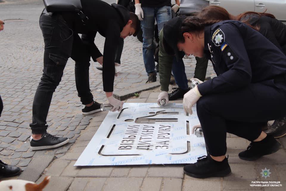 На тротуарах в центрі Чернівців нанесли нагадування для пішоходів, фото-6